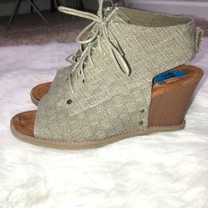 New Bear paw olive green canvas wedge shoes and 11